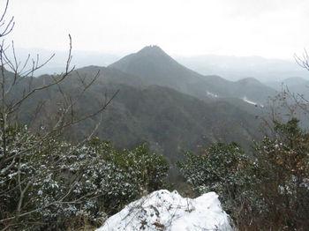 IMG_4323展望岩から荒滝山.JPG