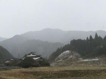 IMG_4375粉雪に煙る日ノ岳(二神集落から一本松展望点方向).JPG