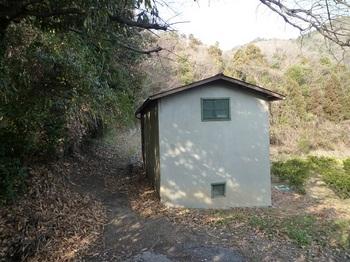 P1010378コンクリート小屋.JPG