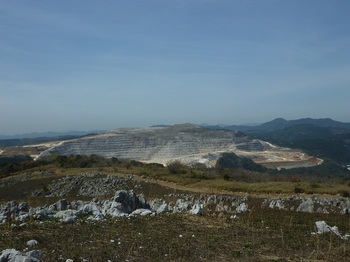 P1010857山頂から石灰石採石場.JPG