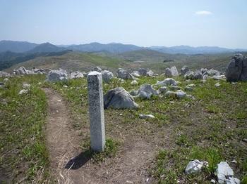 P1010945境界石柱(冠山分岐).JPG