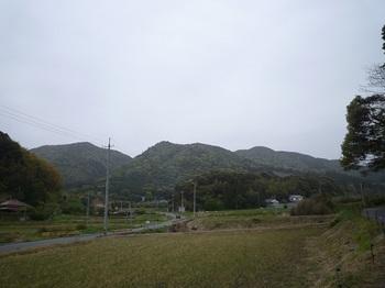 P1020047高地集落から三山(右から高地山・寺山・熊山).JPG