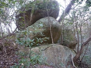 P1030799大岩1(下方から).JPG