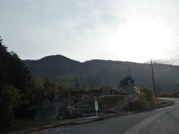 P1030847墓地前から雨乞山遠望.JPG