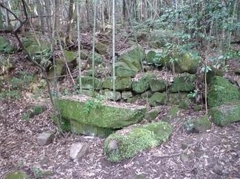 P1030894石組みと祭壇風岩.JPG
