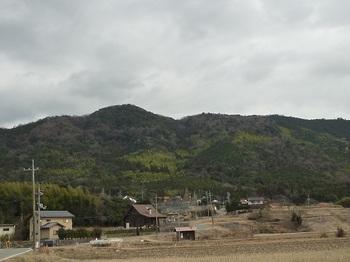 P1030908向山集落と雨乞山.JPG
