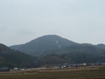 P1040009-2県道から桃ヶ浴山.JPG