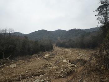 P1040065-2崩壊谷の土石流.JPG