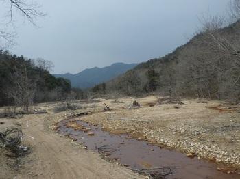 P1040073-2土砂の埋まった広い河原.JPG