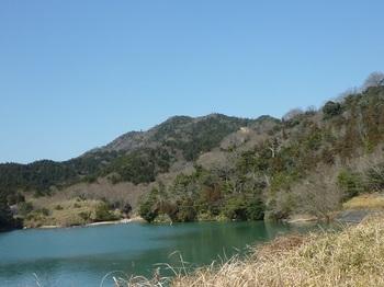 P1040154上部溜池から釿磨山.JPG