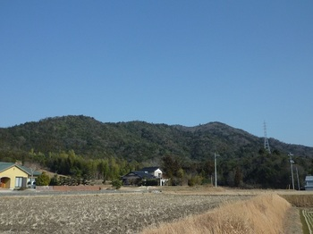 P1040164上ノ庄集落から釿磨山.JPG