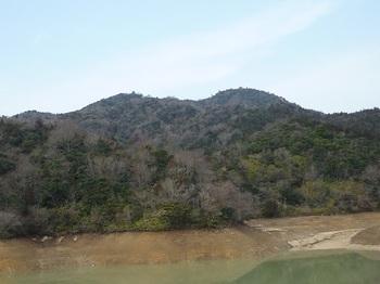 P1040165玉泉池から釿磨山.JPG