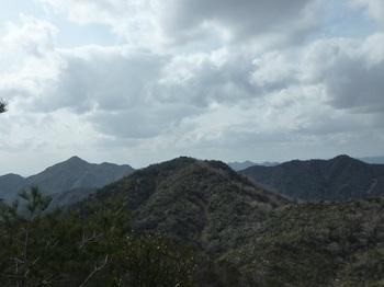 P1040246展望尾根から294mピーク(左楞厳寺山、右釿磨山).JPG