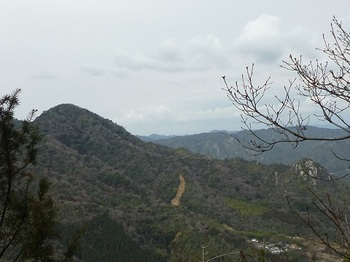 P1040374支尾根上の展望地から矢筈ヶ岳・山上山.JPG