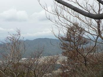 P1040380樹間展望地から山口尾.JPG