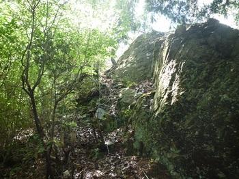 P1050443岩場とロープ.JPG