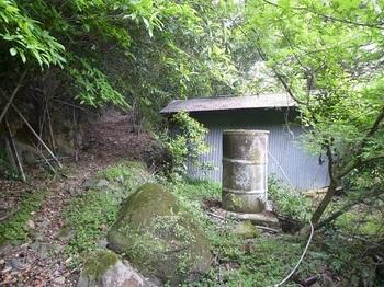 P1050623トタン小屋・山道.JPG