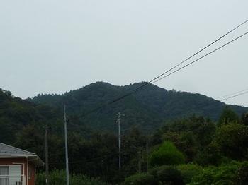 P1060577麓集落から城山.JPG