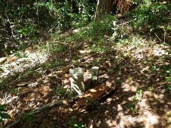 P1060620小ピークの石標.JPG