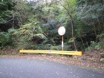 P1060865登山口・谷の左より入る.JPG