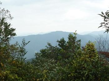 P1060922東側の切開きに展望(鉄割山).JPG
