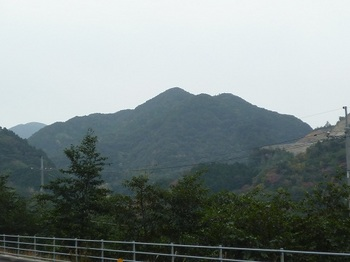 P1060964大坊ダム手前から丸卒塔波山.JPG