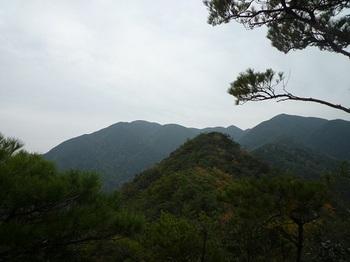 P1070006ピーク先の展望(天井ヶ岳、603m峰).JPG