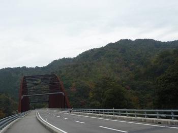 P1070065赤滝橋と高瀧山.JPG