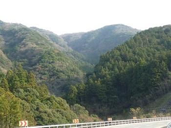 P1070488ダム管理棟付近から山頂.JPG