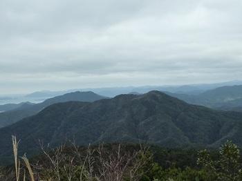 P1070579権現山、左奥に日尾山.JPG