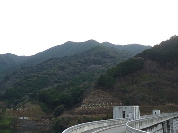P1070623ダムから天井山.JPG