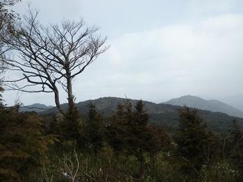 P1070986山頂からの展望日の山、岡山北峰、荒滝山).JPG