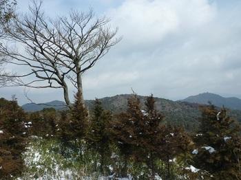 P1080177山頂の展望(日ノ岳・岡山北峰・荒滝山).JPG