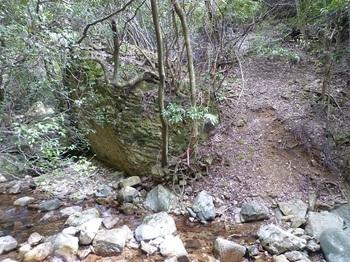 P1090676取り付き斜面・大岩.JPG