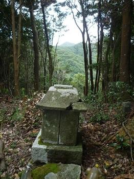 P1110430石祠・背後に鉄割山.JPG