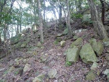 P1120482角ばった石の斜面.JPG