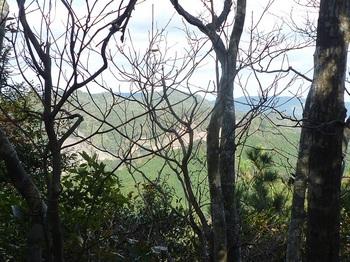 P1120759 三角点ピークから樹間展望・熊野岳.JPG
