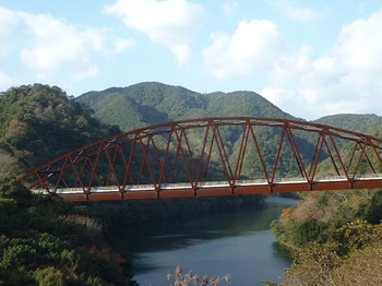 P1120835架橋と丸卒塔婆山.JPG