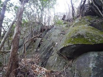 P1130011岩の間を縫って上がる.JPG