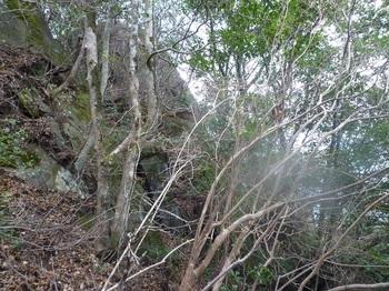 P1130014屹立する岩(下方).JPG