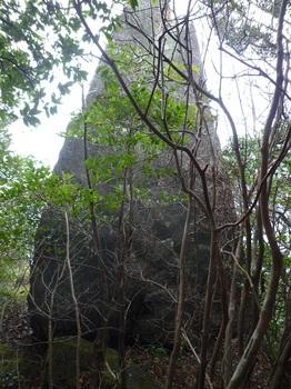 P1130029岩塔の後ろ側.JPG