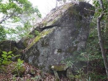 P1130032岩・石祠.JPG