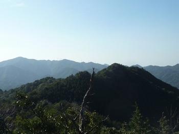P1130446牛地山(奥は天井ヶ岳・白滝山).JPG