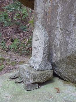 P1130893岩上の石仏.JPG