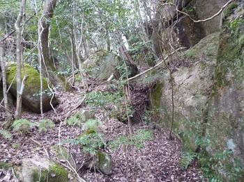 P1150153大岩を右へ回りこむ.JPG