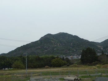 P1150352南麓の山田側から西峰.JPG