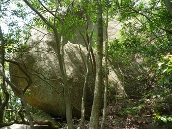 P1150911衝立風の大岩(正面).JPG