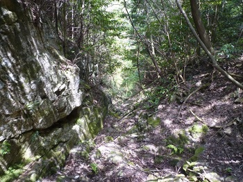 P1160176岩場の谷.JPG