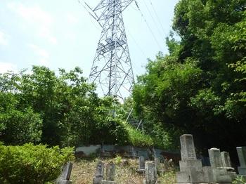 P1160771鉄塔・墓地.JPG