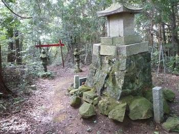 P1170435山頂・石祠・三角点(左).JPG